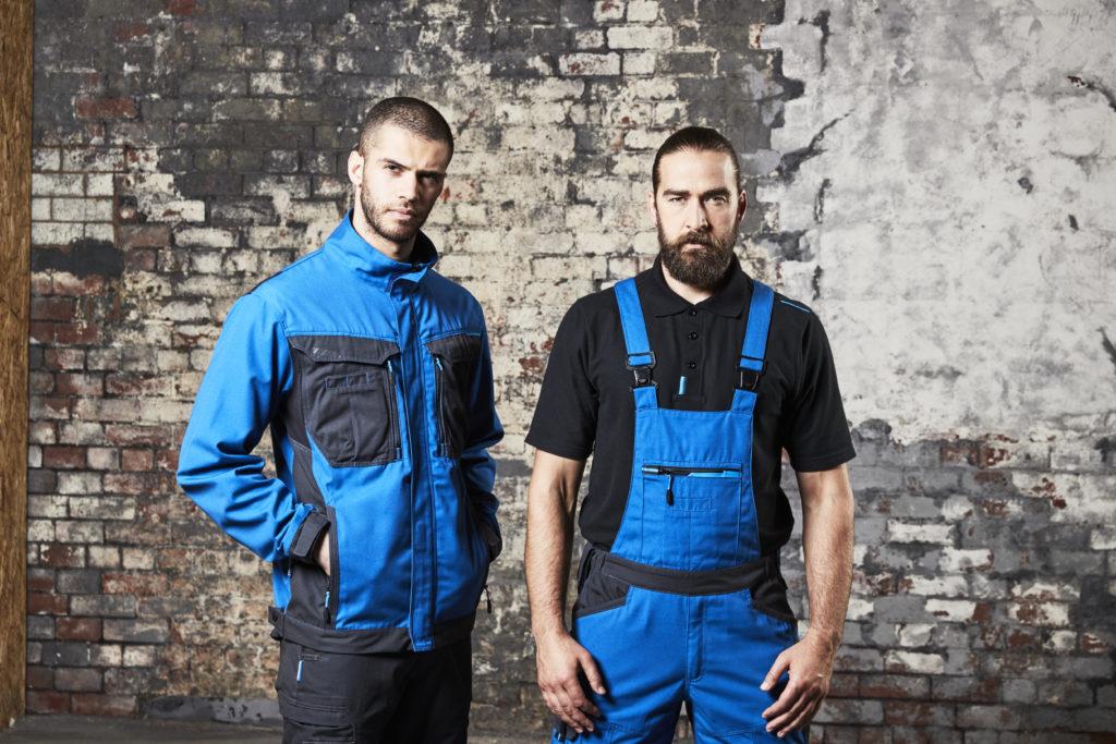 2 hommes habillés en vêtements de travail